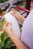 Femme lisant sa liste d'achats Images libres de droits