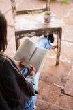 Femme lisant un livre Photo libre de droits