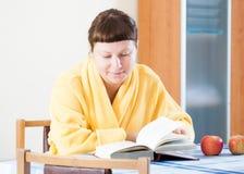 Femme lisant un livre Photographie stock
