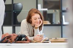 Femme lisant un message téléphonique Photo stock