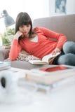 Femme lisant un roman images libres de droits