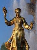 Femme Lithuanie de symbolisation - une partie de l'amitié de fontaine de Image stock