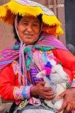 Femme locale dans la robe traditionnelle tenant l'agneau dans la rue de C Photo libre de droits