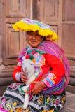 Femme locale dans la robe traditionnelle tenant l'agneau dans la rue de C Images stock