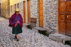 Femme locale marchant dans la rue d'Ollantaytambo, Pérou Images stock