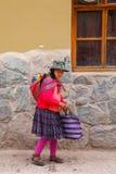 Femme locale marchant dans la rue d'Ollantaytambo, Pérou Photo stock