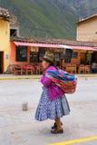 Femme locale marchant dans la rue d'Ollantaytambo, Pérou Image stock