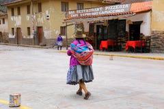 Femme locale marchant dans la rue d'Ollantaytambo, Pérou Image libre de droits