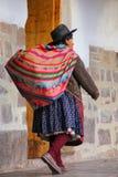 Femme locale marchant dans la rue de Cusco, Pérou Photos stock
