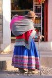 Femme locale marchant dans la rue de la ville de Chivay, Pérou Photos stock