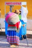 Femme locale marchant dans la rue de la ville de Chivay, Pérou Photos libres de droits