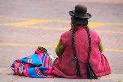 Femme locale s'asseyant chez Plaza de Armas dans Cusco, Pérou Photographie stock