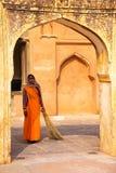 Femme locale se tenant dans la quatrième cour d'Amber Fort, rajah photos stock