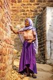 Femme locale se tenant dans une rue étroite dans Fatehpur Sikri, Uttar image stock