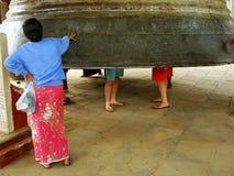 Femme locale se tenant prêt la cloche de Mingun, Mandalay, Myanmar photographie stock libre de droits