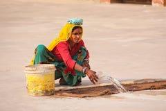 Femme locale travaillant dans la deuxième cour d'Amber Fort près de J Photo libre de droits