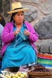 Femme locale tricotant au marché dans Ollantaytambo, Pérou Images libres de droits