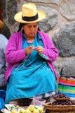 Femme locale tricotant au marché dans Ollantaytambo, Pérou Photographie stock libre de droits