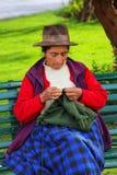 Femme locale tricotant chez Plaza de Armas dans Cusco, Pérou Photo stock