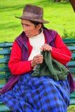 Femme locale tricotant chez Plaza de Armas dans Cusco, Pérou Photos stock
