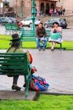 Femme locale tricotant chez Plaza de Armas dans Cusco, Pérou Image libre de droits