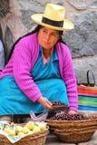 Femme locale vendant des fruits au marché en plein air dans Ollantaytambo Images libres de droits