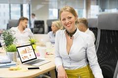 Femme lors de la réunion travaillant sur le diagramme Images stock