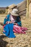 Femme méconnaissable dans le costume national de l'Indien Uros Image stock