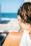 Femme méconnaissable de brune avec la queue Image libre de droits