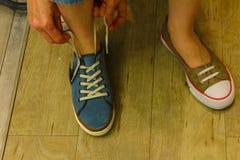 Femme méconnaissable essayant sur des chaussures Images libres de droits
