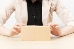 Femme méconnaissable montrant des boîtes avec le paquet image stock