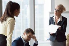 Femme mécontente fâchée d'affaires de directeur critiquant le travail image stock