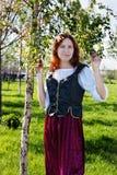 Femme médiéval près du bouleau image libre de droits