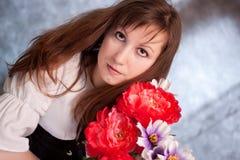 Femme médiévale avec des fleurs image libre de droits