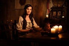 Femme médiévale dans l'intérieur antique de château Photographie stock