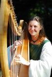 Femme médiévale jouant l'harpe Images libres de droits