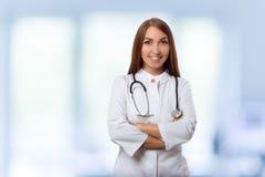 Femme médicale de docteur de médecin au-dessus de fond bleu de clinique Photographie stock