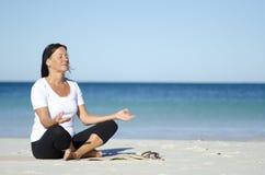 Femme méditant à la plage Images libres de droits
