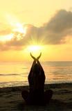 Femme méditant sur la plage photos libres de droits