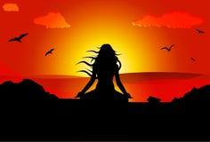 Femme méditant sur la plage pendant le coucher du soleil Illustration de Vecteur