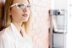 Femme méditante d'affaires se tenant dans le bureau Photo libre de droits
