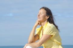 Femme méditante Relaxed extérieure Photos libres de droits
