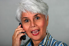 Femme mûr à l'aide d'un téléphone portable Photographie stock