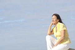 Femme mûr attirant Relaxed extérieur Photo stock