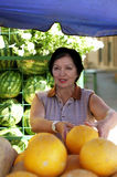 Femme mûr au marché Photo stock