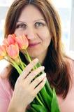 Femme mûr avec des fleurs Photos libres de droits