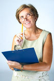 Femme mûr avec la planchette image stock