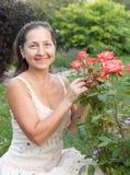 Femme mûr dans le jardin Photos stock