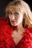 Femme mûr de beauté dans le boa rouge image libre de droits