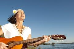 Femme mûr de hippie avec la guitare Photographie stock libre de droits
